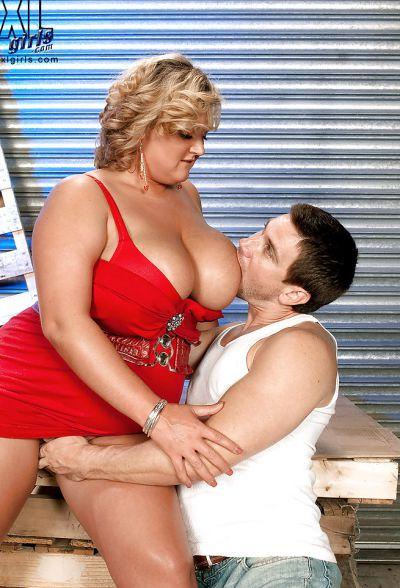 Фото №11 Толстая кудрявая блондинка дала облизать большие дойки