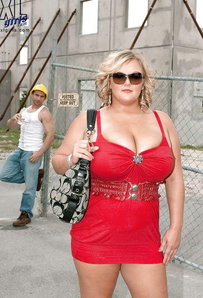 Фото №2 Толстая кудрявая блондинка дала облизать большие дойки