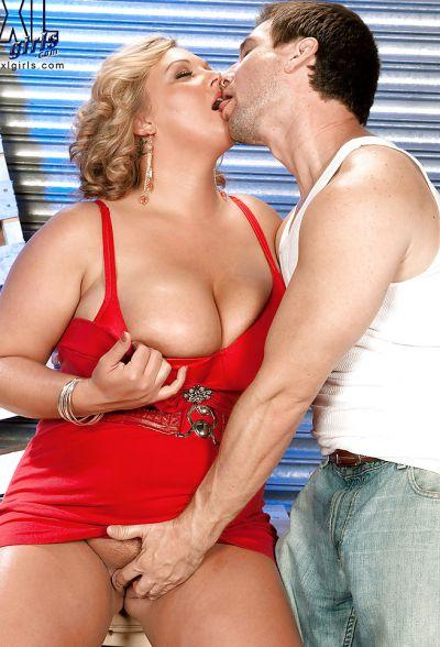 Фото №7 Толстая кудрявая блондинка дала облизать большие дойки