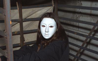 Фото №1 Брюнетка в маске ласкает не слишком волосатую киску