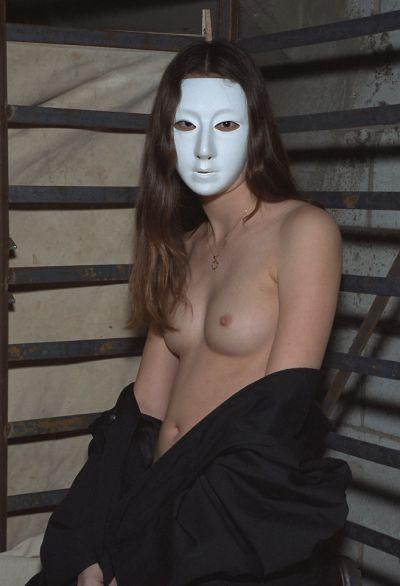 Фото №2 Брюнетка в маске ласкает не слишком волосатую киску