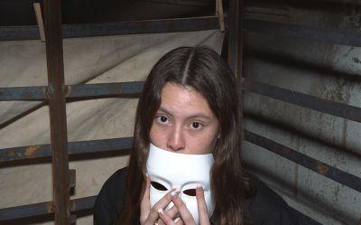 Фото №3 Брюнетка в маске ласкает не слишком волосатую киску
