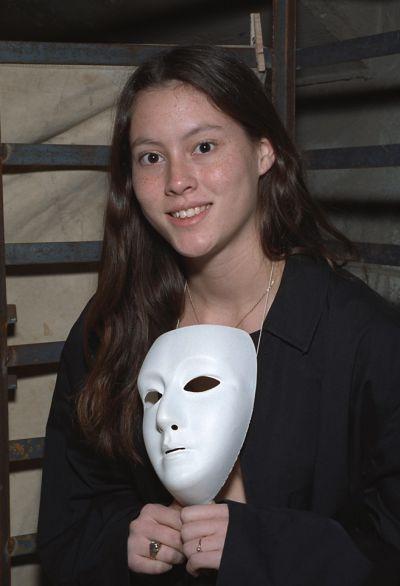 Фото №4 Брюнетка в маске ласкает не слишком волосатую киску