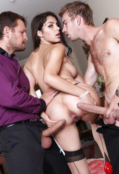 Фото №14 Два самца трахают сексапильную порнозвезду