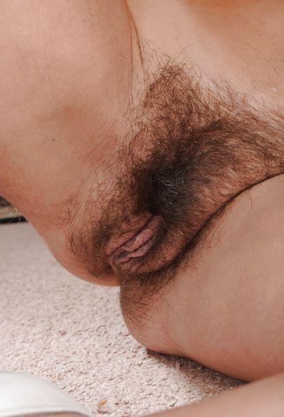 Фото №11 Зрелая брюнетка с большими сиськами и волосатой промежностью