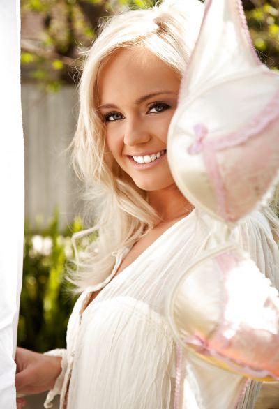 Фото №1 Эротика блондинки с ослепительной улыбкой