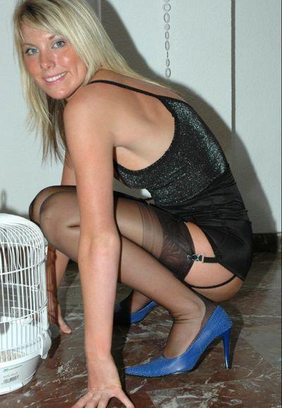 Фото №11 Блондинка в чулках на высоких каблуках