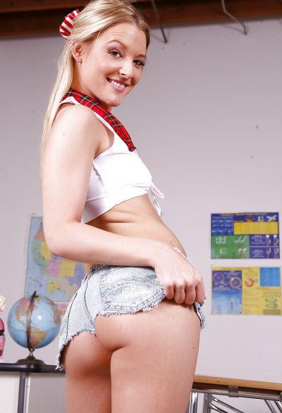 Фото №1 Блондинка с упругими ягодицами показала сиськи