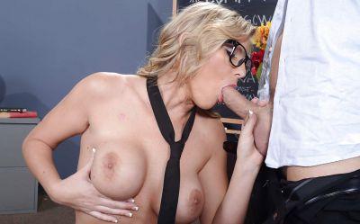 Фото №4 Лысый учитель развлекся с сексуальной студенткой в очках