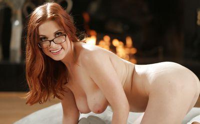 Фото №10 Рыжая красотка в очках полностью разделась