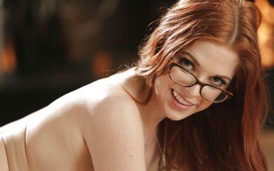 Фото №14 Рыжая красотка в очках полностью разделась