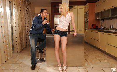 Фото №1 Молодая блондиночка потрахалась на кухне