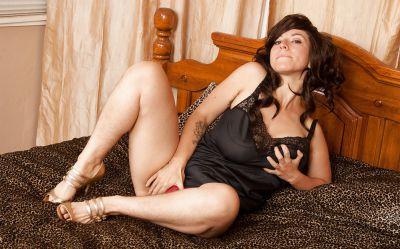 Фото №6 Милфа трахнула себя резиновым пенисом