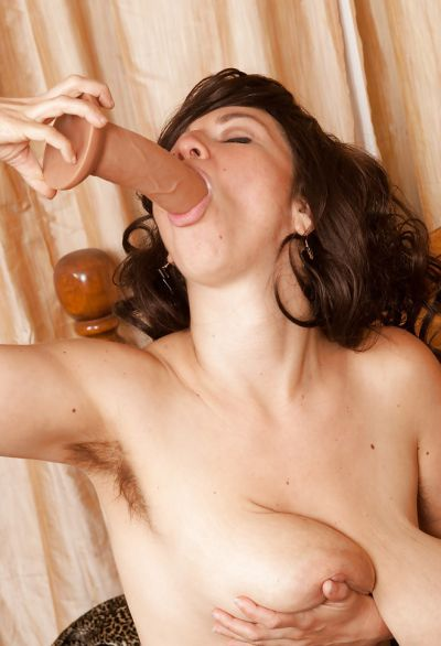 Фото №8 Милфа трахнула себя резиновым пенисом