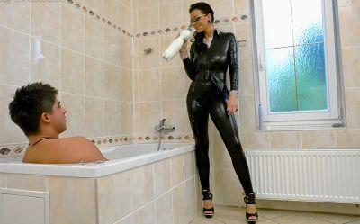 Фото №1 Телка в черном латексе трахнула парня в ванной