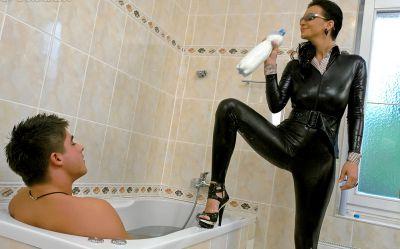 Фото №2 Телка в черном латексе трахнула парня в ванной