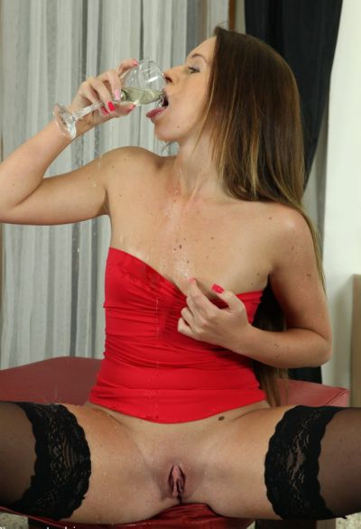 Фото №10 Сучка в чулках и красном платье писает в бокал