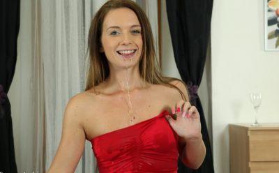 Фото №13 Сучка в чулках и красном платье писает в бокал