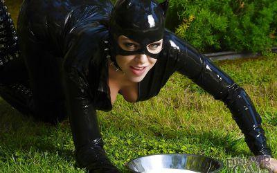 Фото №5 Грудастая бэйба в черном латексе поливает сиськи молоком