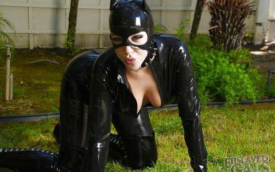 Фото №6 Грудастая бэйба в черном латексе поливает сиськи молоком