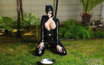 Фото №7 Грудастая бэйба в черном латексе поливает сиськи молоком