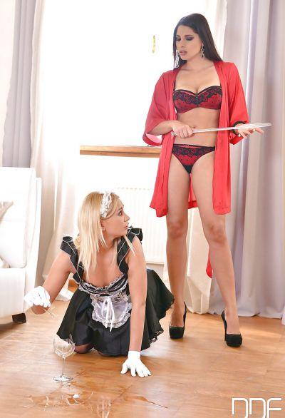 Фото №5 Брюнетка доминирует над блондинкой в чулках
