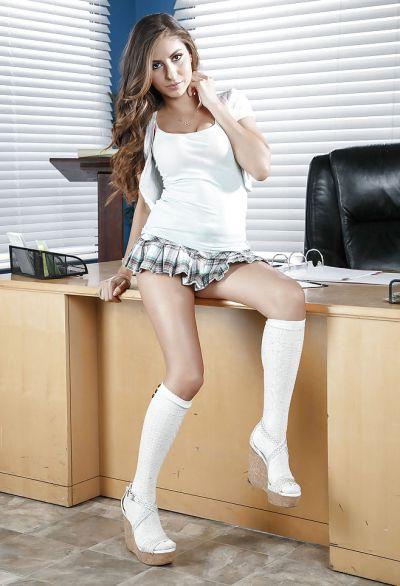 Фото №3 Молодая секси брюнетка разделась на офисном столе