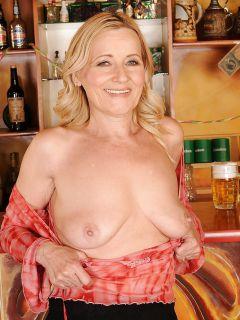 Зрелая блондинка разделась в баре