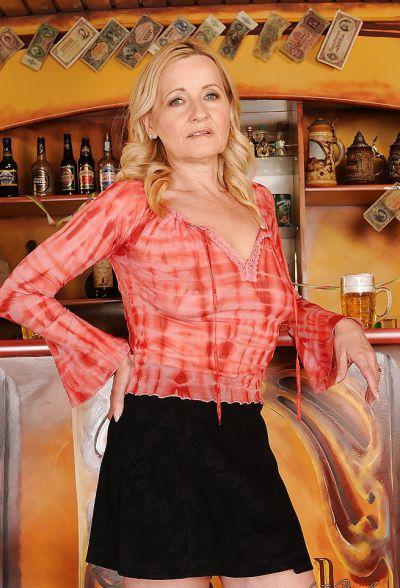 Фото №1 Зрелая блондинка разделась в баре