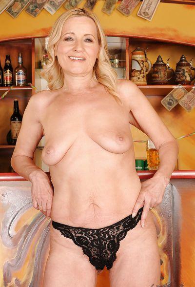 Фото №10 Зрелая блондинка разделась в баре