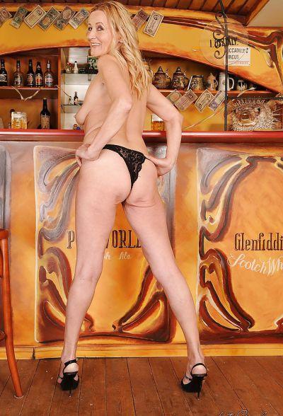 Фото №11 Зрелая блондинка разделась в баре
