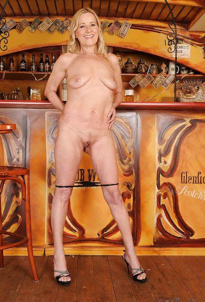 Фото №12 Зрелая блондинка разделась в баре