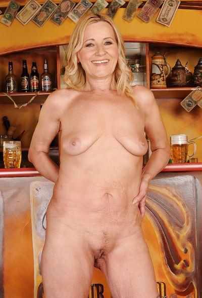 Фото №13 Зрелая блондинка разделась в баре