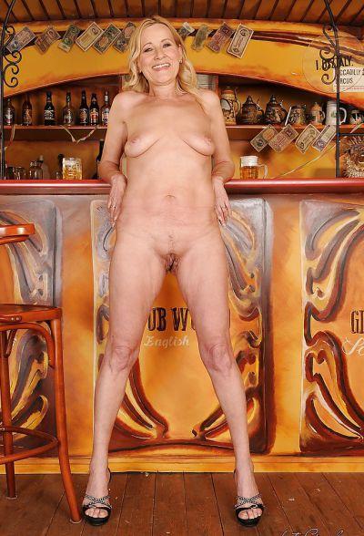 Фото №14 Зрелая блондинка разделась в баре