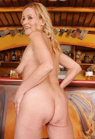 Фото №15 Зрелая блондинка разделась в баре
