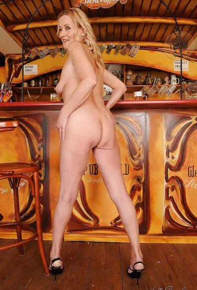Фото №16 Зрелая блондинка разделась в баре