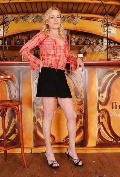 Фото №2 Зрелая блондинка разделась в баре