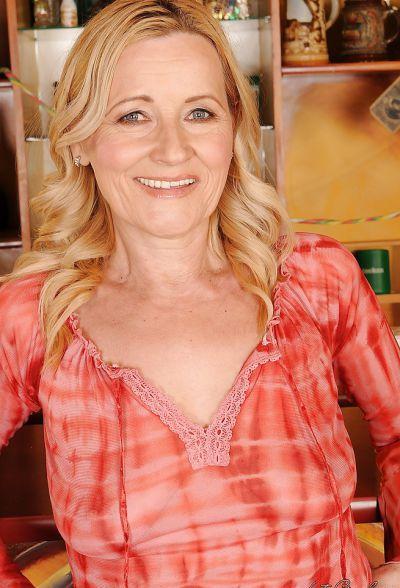 Фото №3 Зрелая блондинка разделась в баре