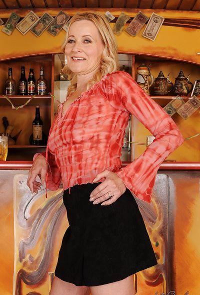Фото №4 Зрелая блондинка разделась в баре