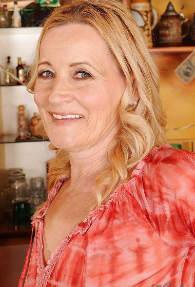 Фото №5 Зрелая блондинка разделась в баре