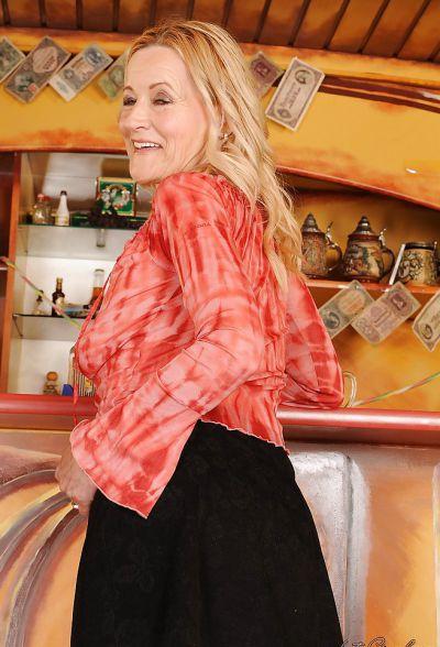 Фото №6 Зрелая блондинка разделась в баре