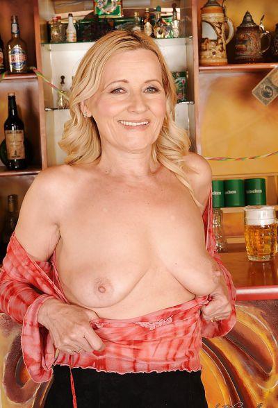 Фото №7 Зрелая блондинка разделась в баре