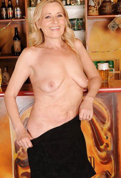 Фото №8 Зрелая блондинка разделась в баре