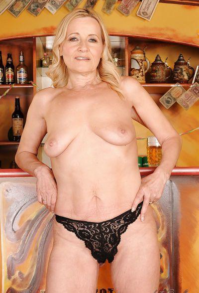 Фото №9 Зрелая блондинка разделась в баре