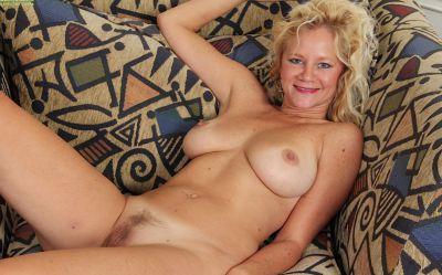 Фото №11 Зрелая блонда соблазняет оператора