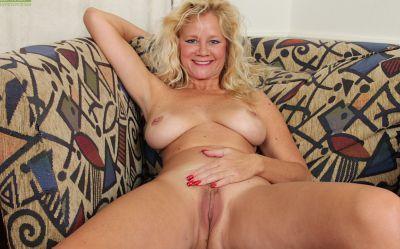 Фото №12 Зрелая блонда соблазняет оператора