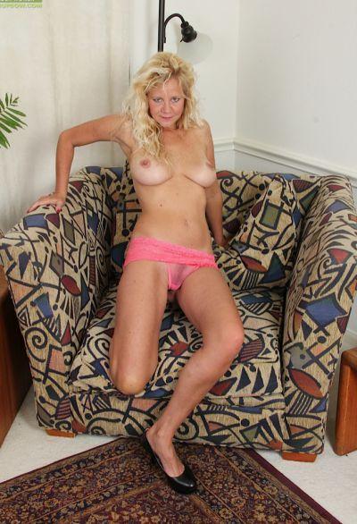 Фото №9 Зрелая блонда соблазняет оператора