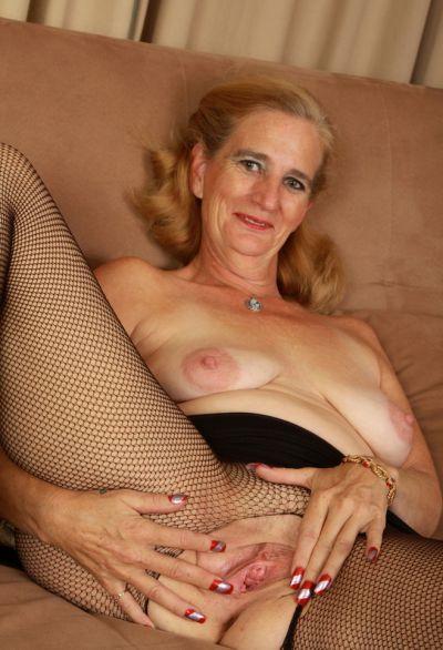 Фото №11 Зрелая женщина порвала колготки на пизде