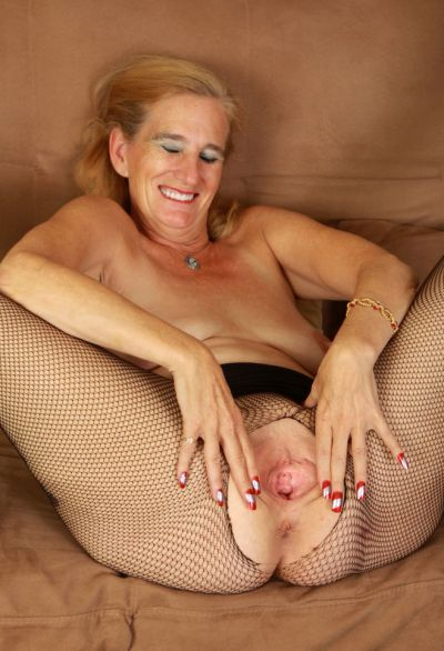 Фото №13 Зрелая женщина порвала колготки на пизде