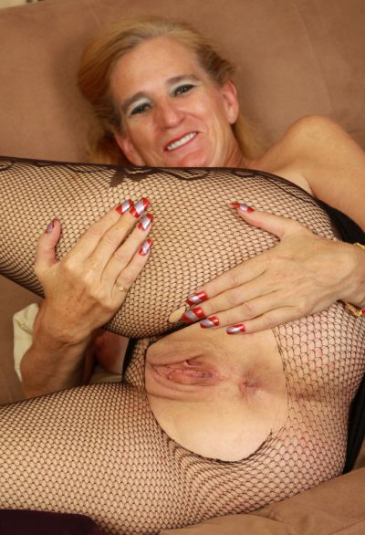 Фото №14 Зрелая женщина порвала колготки на пизде